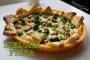 Zielona pizza na cieściefrancuskim